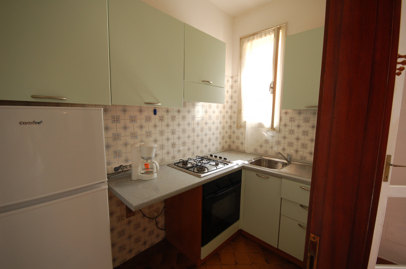 Kitchen equipped with oven and fridge - Delta Blu Residence Village